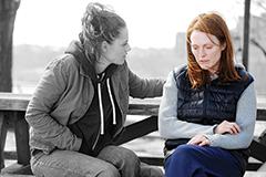 As atrizes Julianne Moore e Kristen Stewart, mãe e filha no filme: após a descoberta do Alzheimer, o fortalecimento dos laços familiares - Imagem: Jojo Whilden/Sony Pictures Classics