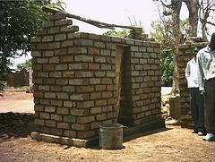 Casinha para uso de fossa negra. Brasil ocupa o ranking de país com maior índice de habitantes sem banheiro - Foto: Flickr